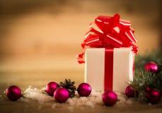 El abeto verde ramifica en el piso de madera con los regalos Fotografía de archivo libre de regalías
