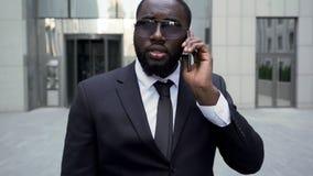 El abogado que se niega a afrontar el edificio, traje del grupo, protección de trabajadores endereza fotografía de archivo