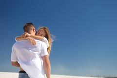 El abrazo apacible de un par en amor fotografía de archivo