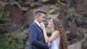 El abrazo de novia y del novio en una boda camina en el fondo de la montaña metrajes
