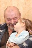 El abuelo abraza a la nieta Imágenes de archivo libres de regalías