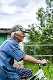 El abuelo en una bicicleta Imagen de archivo