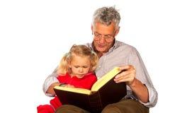 El abuelo está contando una historia fotos de archivo libres de regalías