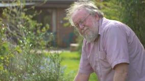 El abuelo retiró al varón adulto mayor maduro mayor en cultivar un huerto del retiro 60s metrajes