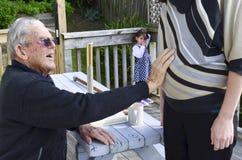 El abuelo se sostiene el abdomen embarazada de la nieta Imágenes de archivo libres de regalías