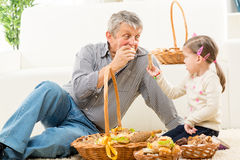 El abuelo y la nieta comen los pasteles Fotografía de archivo
