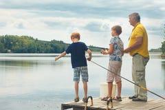 El abuelo y los nietos están pescando Fotografía de archivo