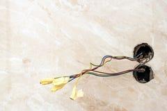 El acabado trabaja en el apartamento renovado El cableado eléctrico instala foto de archivo libre de regalías