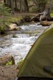 El acampar al lado de un río Imagen de archivo libre de regalías