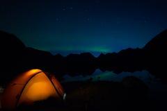 El acampar bajo aurora boreal Imagen de archivo