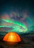 El acampar bajo aurora boreal Imagenes de archivo
