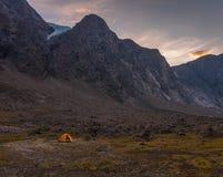 El acampar bajo en el paisaje del parque nacional de Auyuittuq, Nunavut, Canadá Fotografía de archivo libre de regalías