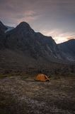 El acampar bajo en el paisaje del parque nacional de Auyuittuq, Nunavut, Canadá Foto de archivo