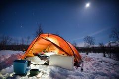 El acampar bajo la luna Imagen de archivo libre de regalías