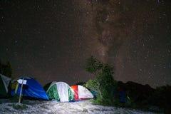 El acampar bajo las estrellas Fotos de archivo