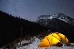 El acampar bajo luz de mil millones estrellas Foto de archivo libre de regalías