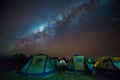 El acampar bajo vía láctea imagenes de archivo