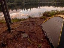 El acampar cerca del lago del bosque Imagenes de archivo
