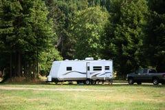 El acampar con el acoplado de rv Imagen de archivo