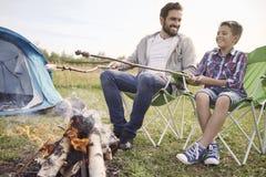 El acampar con mi hijo Fotografía de archivo
