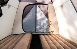 El acampar con una tienda de campaña grande con los colchones inflables imagen de archivo