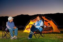 El acampar de la familia Imágenes de archivo libres de regalías
