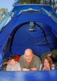 El acampar de la familia Fotos de archivo