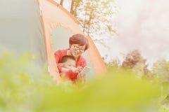El acampar de la familia Foto de archivo libre de regalías