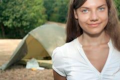 El acampar de la tienda de la mujer Fotos de archivo libres de regalías