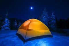 El acampar de la tienda del invierno imagenes de archivo