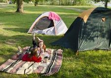 El acampar de los niños Foto de archivo