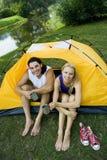 El acampar de los pares Imagen de archivo libre de regalías