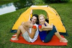 El acampar de los pares Foto de archivo libre de regalías