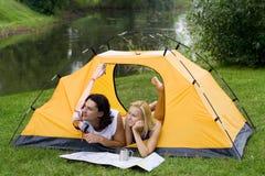 El acampar de los pares Fotografía de archivo