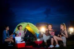 El acampar del grupo asiático del hombre y de las mujeres Fotos de archivo
