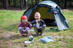 El acampar del hermano y de la hermana Foto de archivo libre de regalías