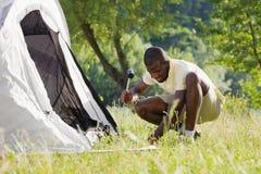 El acampar del hombre fotos de archivo