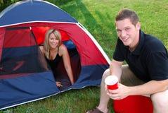 El acampar del hombre y de la mujer Fotos de archivo