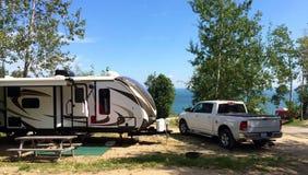 El acampar del remolque rv del viaje Fotos de archivo libres de regalías