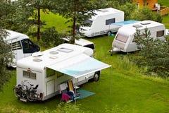 El acampar en bosque. Foto de archivo libre de regalías