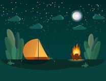 El acampar en el bosque en la noche cerca del fuego grande Igualación de escena con la tienda, la hoguera, la luna y las estrella libre illustration
