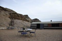 El acampar en el desierto Imagenes de archivo