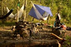 El acampar en el más forrest Imagen de archivo libre de regalías