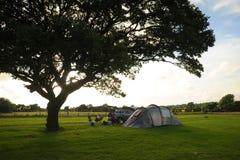 El acampar en Inglaterra rural Soledad y puestas del sol Foto de archivo