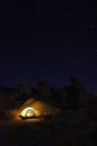 El acampar en la noche en Joshua Tree Park Fotos de archivo libres de regalías