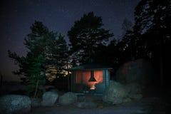 El acampar en la noche en Finlandia foto de archivo libre de regalías