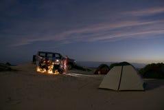 El acampar en la playa Foto de archivo libre de regalías