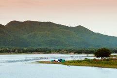 El acampar en el lago azul del reservior de Yang Chum Water que iguala el cielo del verano - Tailandia fotos de archivo libres de regalías