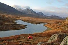 El acampar en Laponia Imagenes de archivo