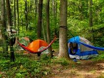 El acampar en las maderas Imagenes de archivo